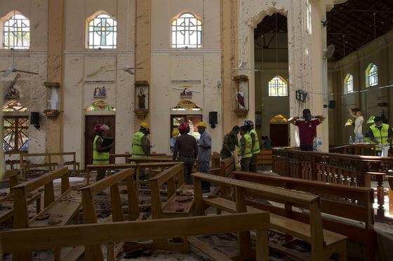 당국자들이 22일 스리랑카 콜롬보의 연쇄 테러 현장을 조사 중이다. [AP=연합뉴스]