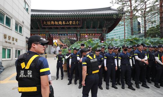 지난해 8월 '교권수호결의대회'가 열린 조계사에서 경찰이 외곽에서 열릴 예정인 '전국승려 결의대회'와의 충돌을 막기위해 경계근무를 하고 있다.   [연합뉴스]
