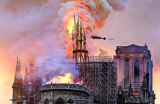 세계문화유산인 노트르담 성당이 소실되어 전 세계인에게 큰 충격을 주었다. [AP]