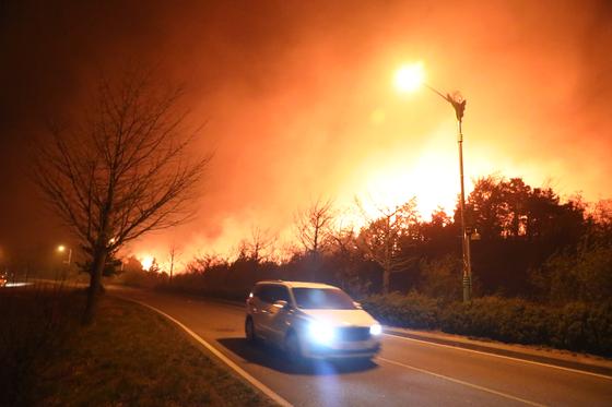 지난 4일 오후 7시17분쯤 강원 고성군 토성면 원암리의 한 주유소 인근에 위치한 변압기가 터지며 화재가 발생했다. [뉴스1]
