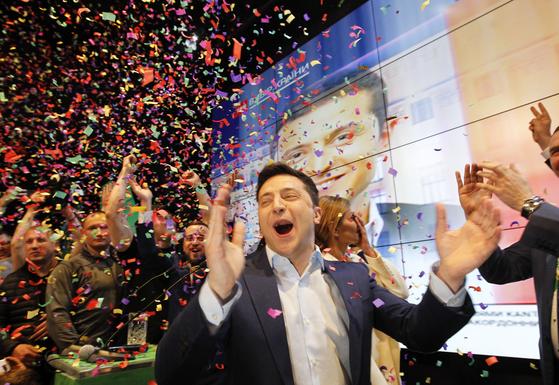 볼로디미르 젤렌스키가 21일(현지시간) 키예프에서 출구 조사 결과에 환호하는 모습. [EPA=연합뉴스]