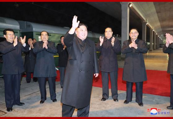 김정은 북한 국무위원장이 러시아로 출발했다고 조선중앙통신이 24일 보도했다. 왼쪽부터 김재룡 신임 총리, 박봉주 당 부위원장, 김 위원장, 이수용 당 부위원장 등이 보인다. [조선중앙통신]