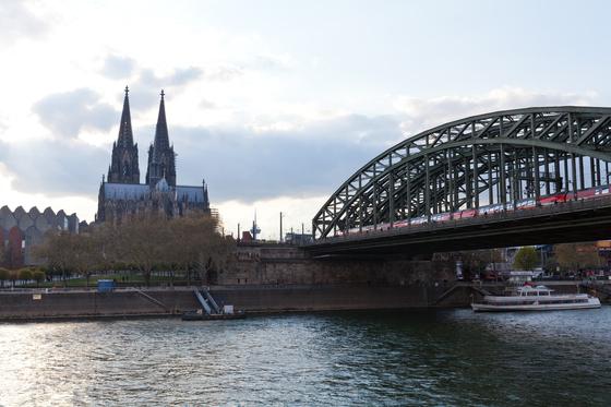 라인강에서 바라본 쾰른 대성당. 높이가 157m에 달하는 성당은 도시 어디서나 잘 보인다. 19세기 말, 세계 최고 높이 건물이었다. 최승표 기자