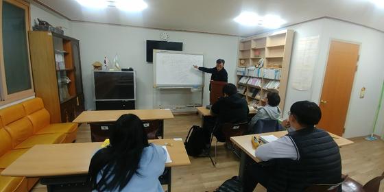 충북 옥천군 가화1리 경로당 2층에 마련된 공부방에서 정해영 이장이 역사 강의를 하고 있다. [사진 정해영]