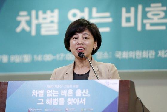 지난해 7월 9일 당시 남인순 국회 여성가족위원회 위원장이 서울 여의도 국회의원회관에서 열린 '차별 없는 비혼 출산, 그 해법을 찾아서' 포럼에서 축사를 하고 있다. [뉴스1]