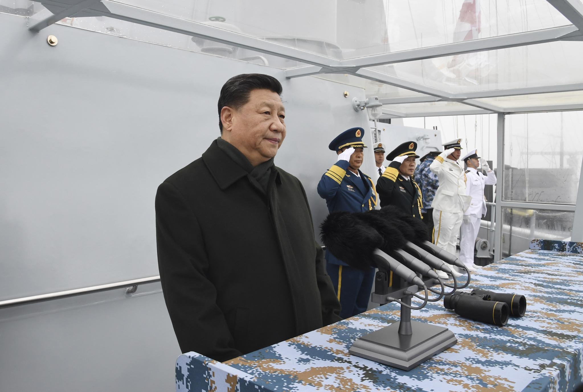 시진핑 중국 국가주석이 중국 산둥(山東)성 칭다오(靑島) 인근 해상에서 해상열병식을 지켜보고 있다. [신화=연합뉴스]