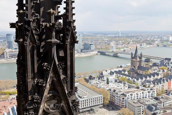 쾰른 대성당 탑 꼭대기서 내려다본 도시 모습. 2차 대전 때 생긴 그을음이 교회를 뒤덮고 있는 모습이 생생하다. 영국군의 폭격으로 완전히 파괴됐다가 재건된 도시는 단정한 모습이다. 최승표 기자