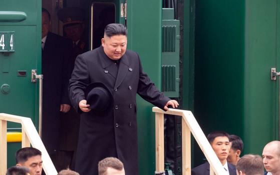 김정은 북한 국무위원장이 24일 오전 전용열차를 타고 북-러 국경을 넘어 하산역에 도착하는 모습. [연해주 주정부 홈페이지]