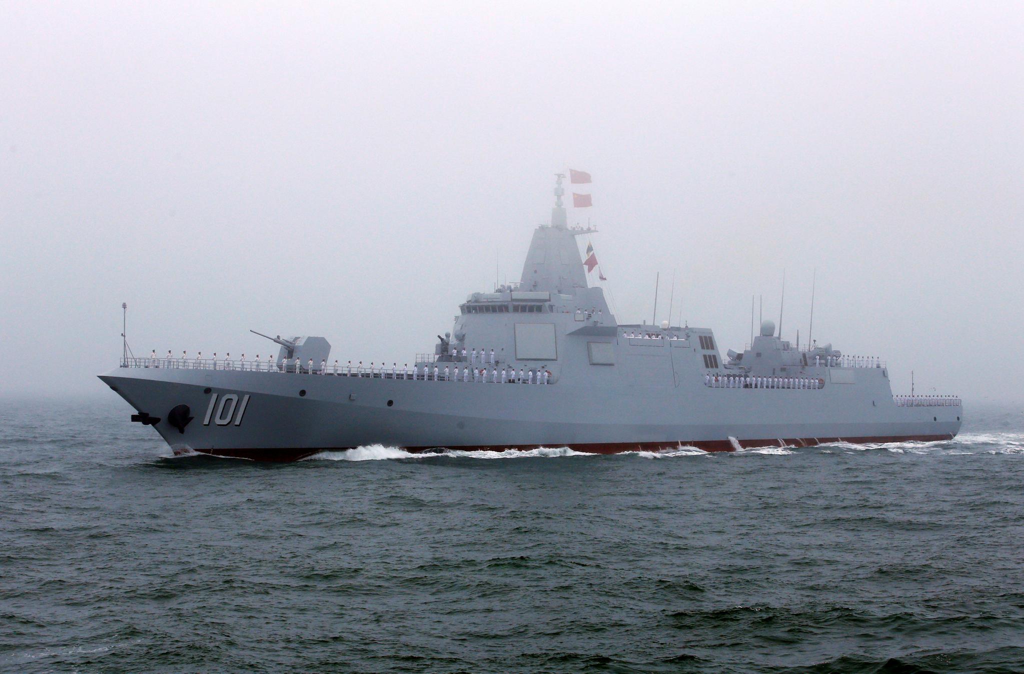 이날 열병식에 참가한 중국의 '055형' 미사일 구축함인 난창호. 이 함은 스텔스 기능도 갖춘 것으로 알려졌다. [신화=연합뉴스]