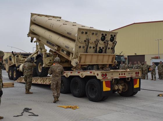 한미군은 지난주 평택 미군기지(캠프 험프리스)에서 '비활성화탄(inert)'을 사드(THAAD·고고도 미사일방어체계) 발사대에 정착하는 훈련을 했다고 24일 밝혔다. [주한미군 제35방공포여단 페이스북]