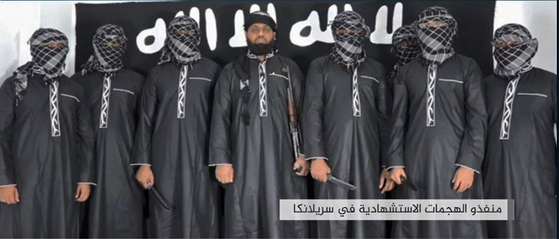 """이슬람국가(IS)는 자체 선전 매체인 아마크 통신을 통해 """"IS의 전사들이 미국이 주도한 국제동맹군 구성 국가의 시민들과 기독교인을 겨냥한 공격을 수행했다""""고 주장했다.테러 가담자 7명과 주동자 자흐란 하슈미가 IS에 충성을 맹세하는 장면을 찍은 것이라며 공개한 동영상.[AFP=연합뉴스]"""