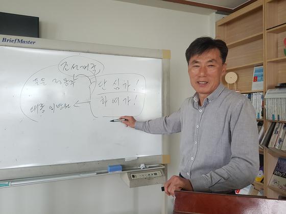 정해영 옥천 가화1리 이장이 마을 경로당에서 공부방을 소개하고 있다. 최종권 기자