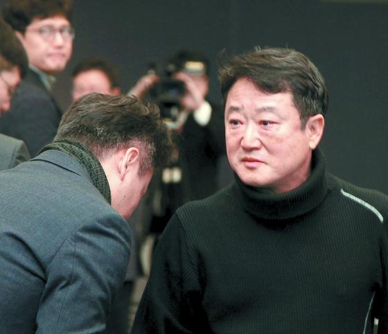 이웅열 전 코오롱 회장 퇴임식. 그는 '금수저를 물고 있느라 이에 금이 갔다'고 말했다. [중앙포토]