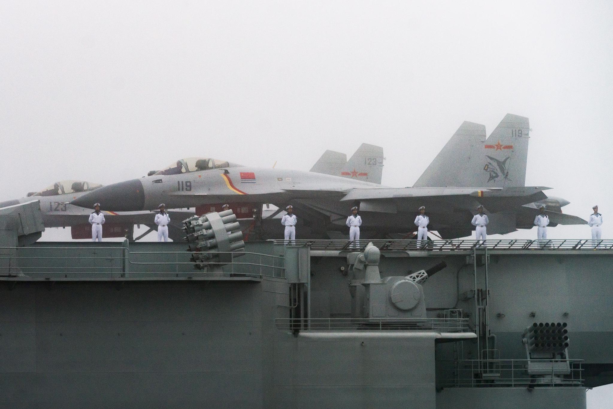 랴오닝 함에 중국 전투기들이 대기하고 있다. [신화=연합뉴스]