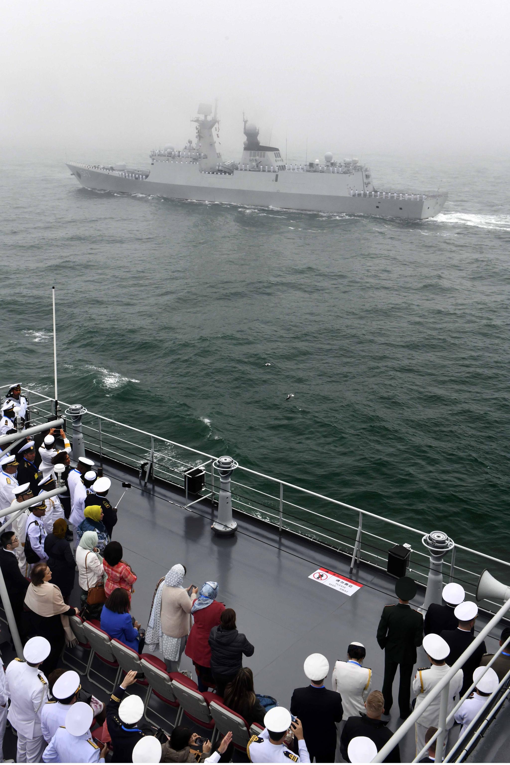 이날 참석한 관계자들이 해상열병식을 바라보고 있다. [신화=연합뉴스]