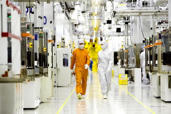 삼성전자 반도체 공장의 클린룸 [사진 삼성전자]