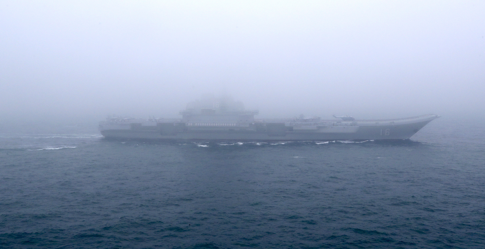 해상열병식에 참가한 중국 최초의 항모 랴오닝함이 바다를 가르지르고 있다. [신화=연합뉴스]