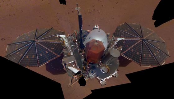 고정형 화성탐사선 인사이트호의 모습. 인사이트 호는 이달 6일 지진으로 추정되는 진동을 감지했다. [중앙포토]