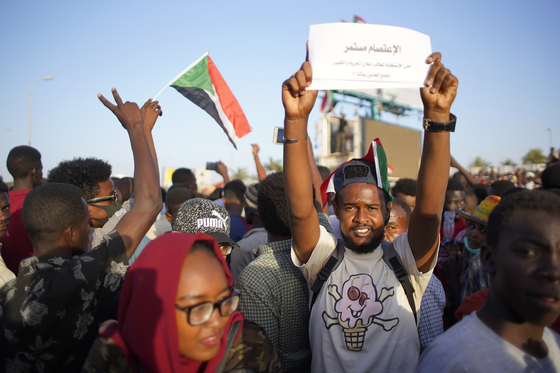 30년 독재자 오마르 알-바시르가 군부에 의해 축출된 후 바르시의 재판과 군부의 즉각적인 권력이양을 요구하며 시위를 하고 있는 수단 시위대. [EPA=연합뉴스]