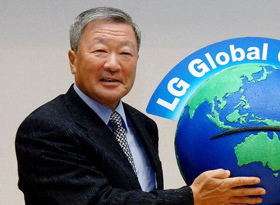 (주)LG는 고 구본무 LG 회장에게 지난해 201억원의 퇴직급을 지급했다.[중앙포토]