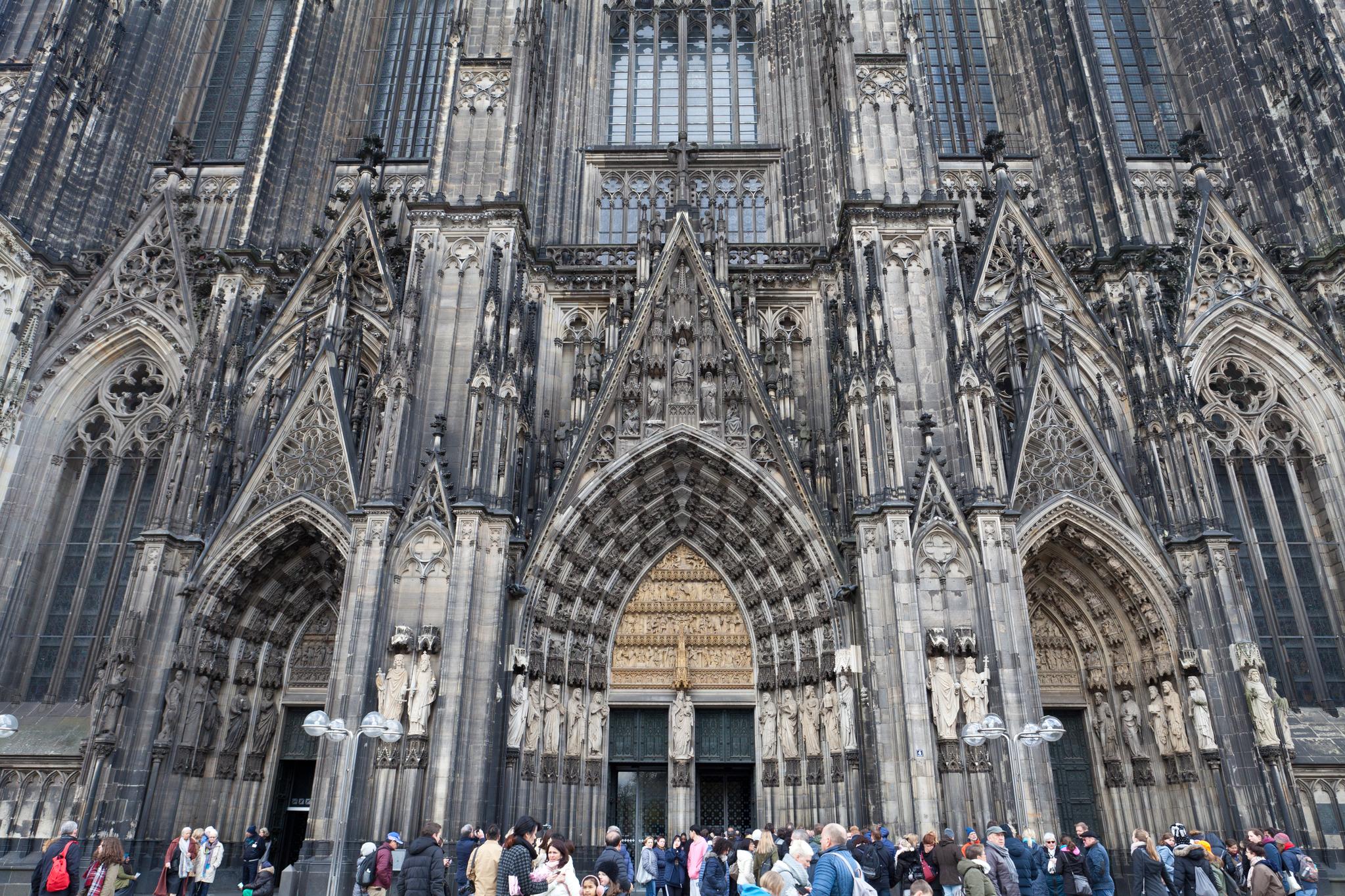 고딕 건축은 그 자체가 사람을 압도하는 아우라를 풍기는데 쾰른 대성당은 2차 대전 때 생긴 그을음 때문에 더 기묘한 분위기를 낸다. 최승표 기자