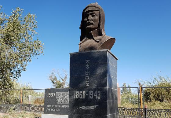 카자흐스탄 크즐오르다에 있는 홍범도 장군의 묘지. 홍 장군은 1937년 옛 소련의 강제이주 당시 연해주에서 떠나온 뒤 이곳에서 서거했다. [사진 알마티 김]