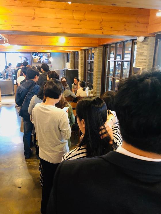 지난 21일 부산 온천장역 근방 카페 '모모스'를 찾은 사람들이 줄을 서 있다. [사진 모모스]