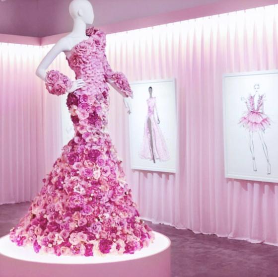 아티스트 메건 헤스가 지난해 런던에서 연 '아이코닉' 전에서 선보인 '핑크 드레스'. 지비 자레바가 10시간 동안 설치했다. [사진 메간 헤스 인스타그램]
