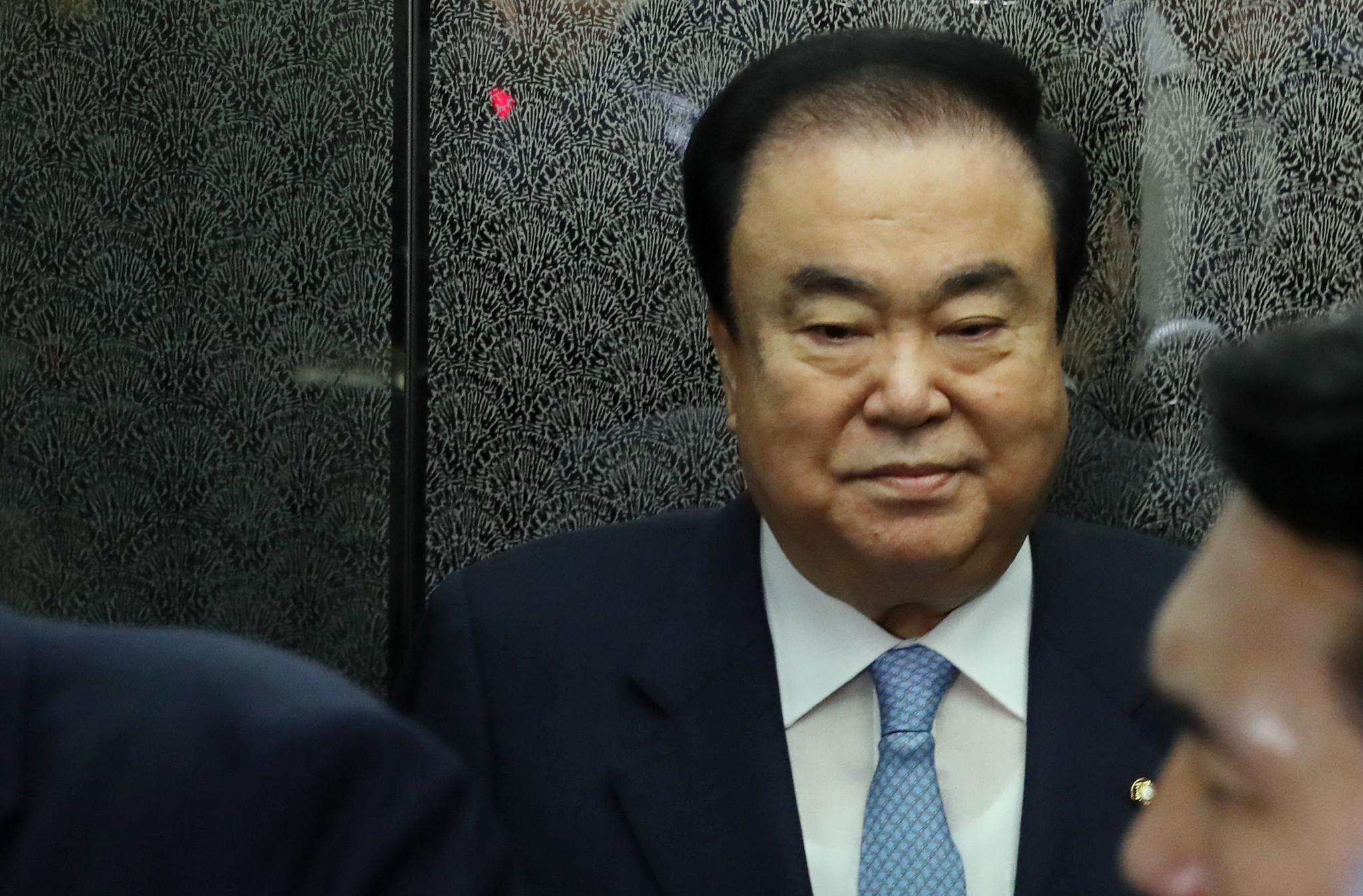 문희상 국회의장이 24일 오전 서울 여의도 국회에서 자유한국당 의원들의 항의에 피해 엘리베이터에 탑승해 있다. 김경록 기자