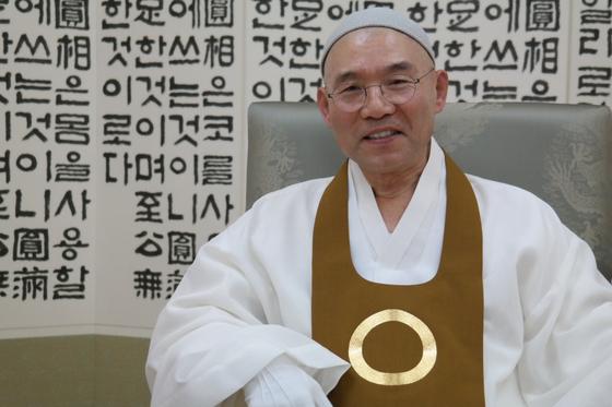 """23일 전북 익산에서 만난 전산 김주원 원불교 종법사는 '원불교 교법은 지식 있는 사람이든 아니든 상관없다. 누구든 받아들여 실행하면 된다. 그럼 본인이 행복하고, 가정이 행복하고, 사회와 국가가 행복해진다. 그러니 시간이 지날수록 세계인이 좋아하게 될 것""""이라고 말했다."""