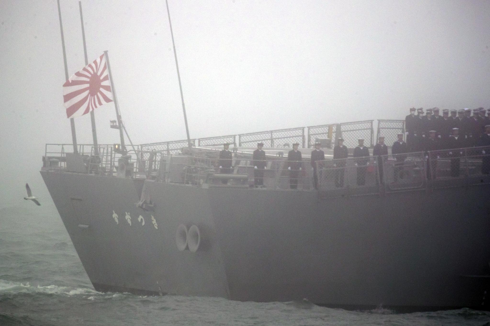 23일(현지시간) 중국 국제 관함식 해상열병식에 참가한 일본 해상자위대의 스즈츠키함에 욱일기가 게양되어 있다. [AP=연합뉴스]