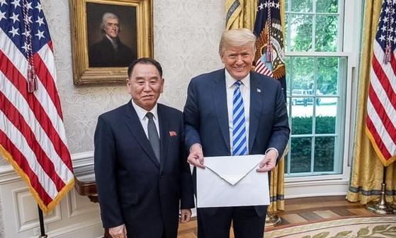 지난해 6월 미국 백악관을 방문해 도널드 트럼프 미국 대통령을 만난 김영철 북한 노동당 부위원장. [중앙포토]