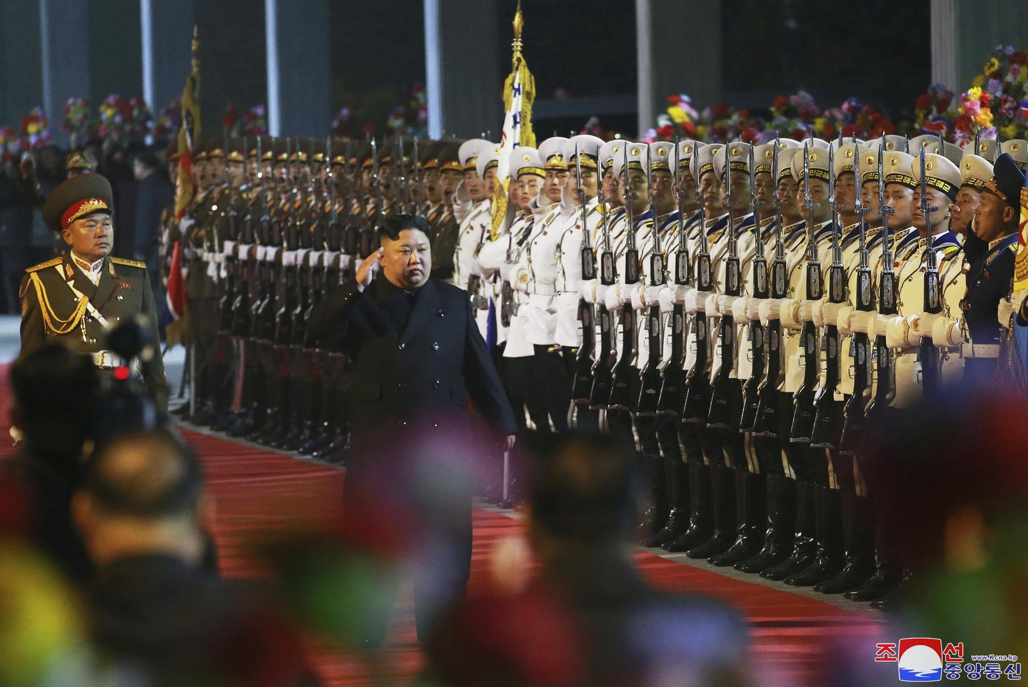 김정은 북한 국무위원장이 24일 새벽 전용열차편으로 러시아로 출발하기에 앞서 장소가 밝혀지지 않은 곳에서 의장대를 사열하고 있다. [조선중앙통신=연합뉴스]