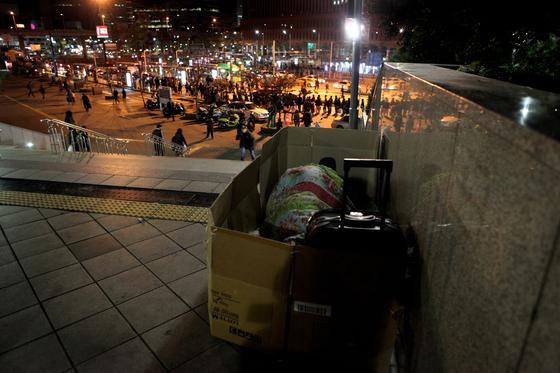 서울역 앞에서 노숙인이 종이박스를 둘러싸고 잠자리에 들어 있다. [중앙포토]