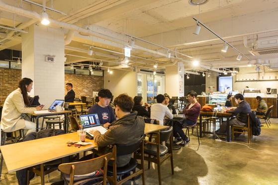 마루180 1층에 위치한 카페. 누구나 들어와서 자유롭게 일할 수 있다.   [사진 아산나눔재단]