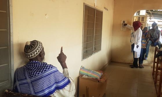 감비아 브리카마 병원에서 시력검사를 하고 있는 모습. 감비아엔 문맹인 사람들이 많아 글자 또는 숫자로 시력검사를 하지 않는다. 김지아 기자