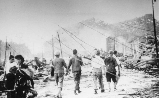원폭투하 다음날인 1945년 8월 10일 구호반원들이 나가사키市 우라카미역전 일대에서 구호활동을 하고 있다. [중앙포토]