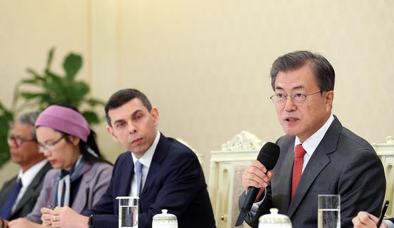 문재인 대통령이 25일 오후 청와대에서 아시아뉴스네트워크(ANN) 이사진을 만나 인사말을 하고 있다. (청와대 제공)