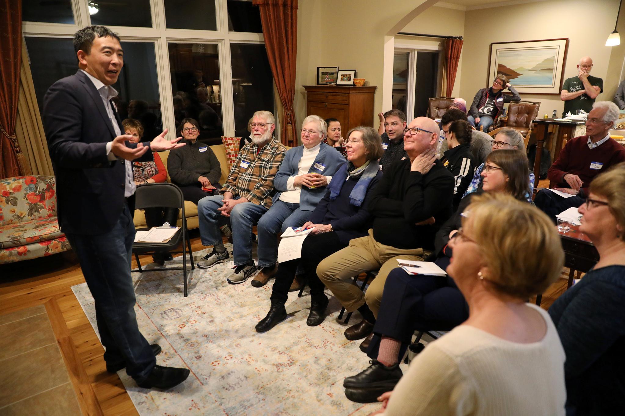 지난 3월 아이오와의 한 주택에서 양 후보가 민주당 지지자들을 만나고 있다.[로이터=연합뉴스]