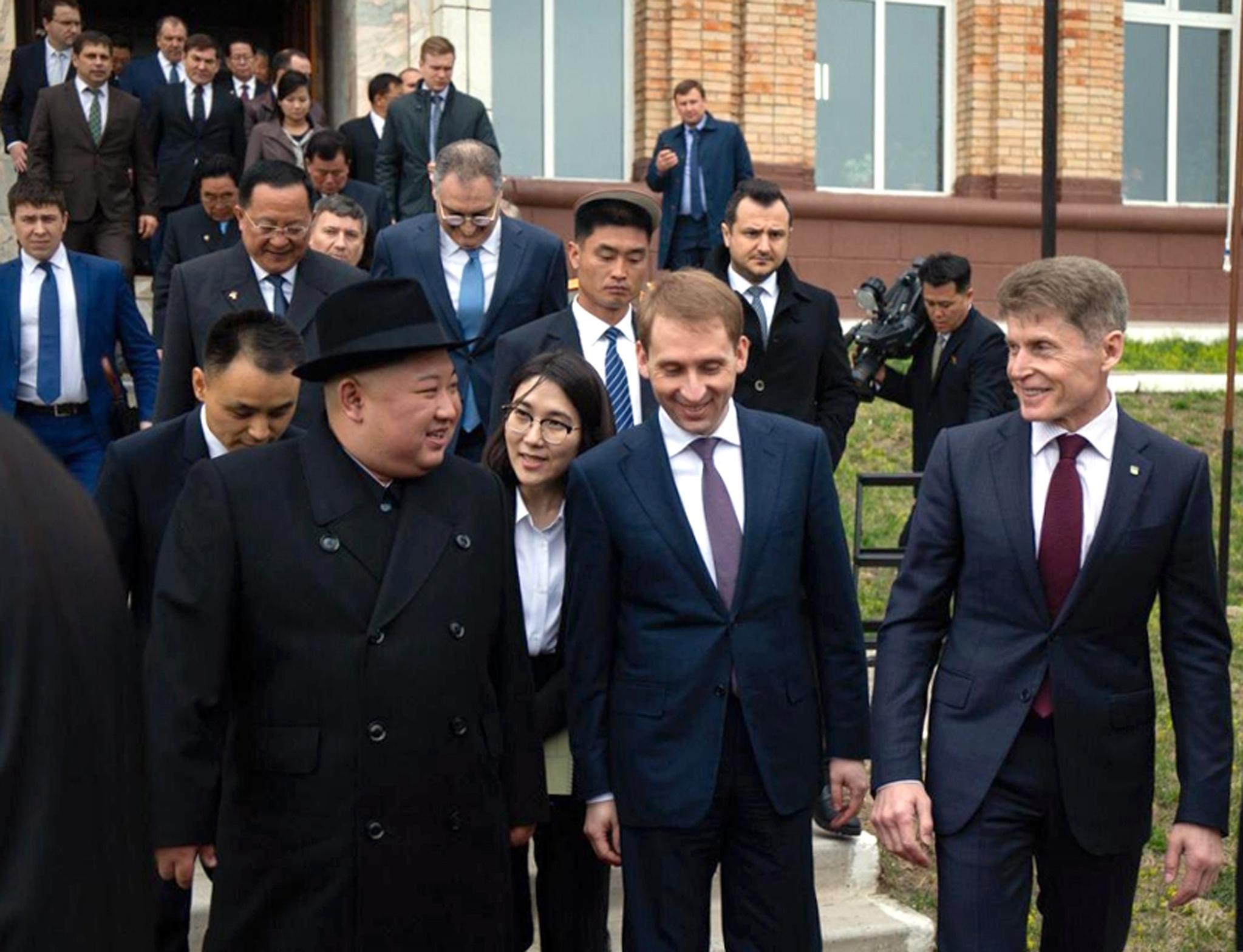 김정은 북한 국무위원장이 24일 오전 전용 열차 편으로 러시아와 북한의 접경 지역인 하산역에 도착해 러시아 측 인사들과 환담을 마친 뒤 이동하고 있다. [사진 러시아 연해주 주정부]