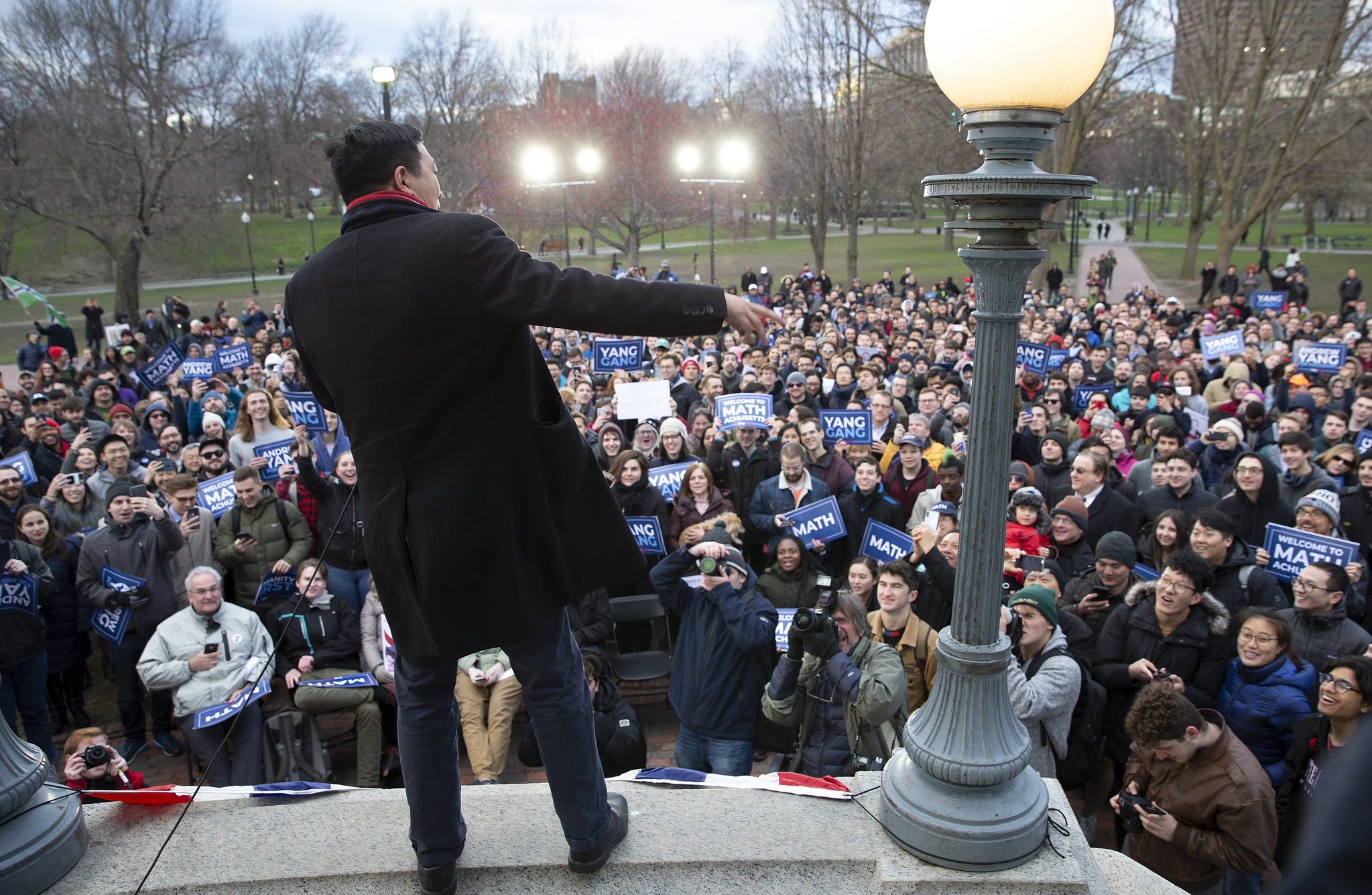 지난 9일 보스턴에서 열린 한 선거유세장에서 연설하는 양 후보.[EPA=연합뉴스]