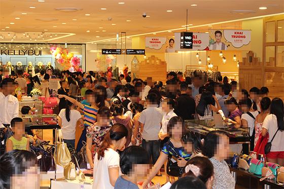 롯데백화점 하노이점에서 고객들이 쇼핑하는 모습. 이 곳의 여성 고객 평균 나이는 35세로 하노이점 전체 매출의 55.4%를 차지한다. [사진 롯데쇼핑]