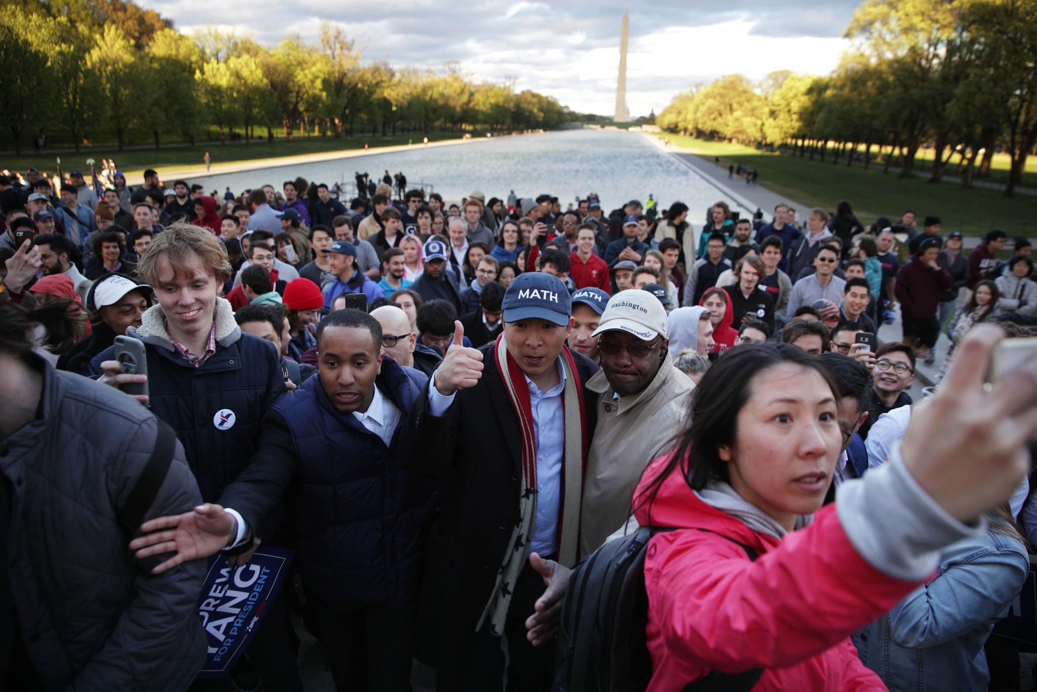 지난 15일 워싱턴 링컨기념관 앞에서 열린 선거유세를 마친 양 후보가 이동하고 있다.[AFP=연합뉴스]