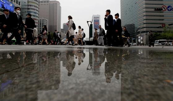 24일 서울 광화문네거리에서 시민들이 출근하고 있다. [뉴스1]