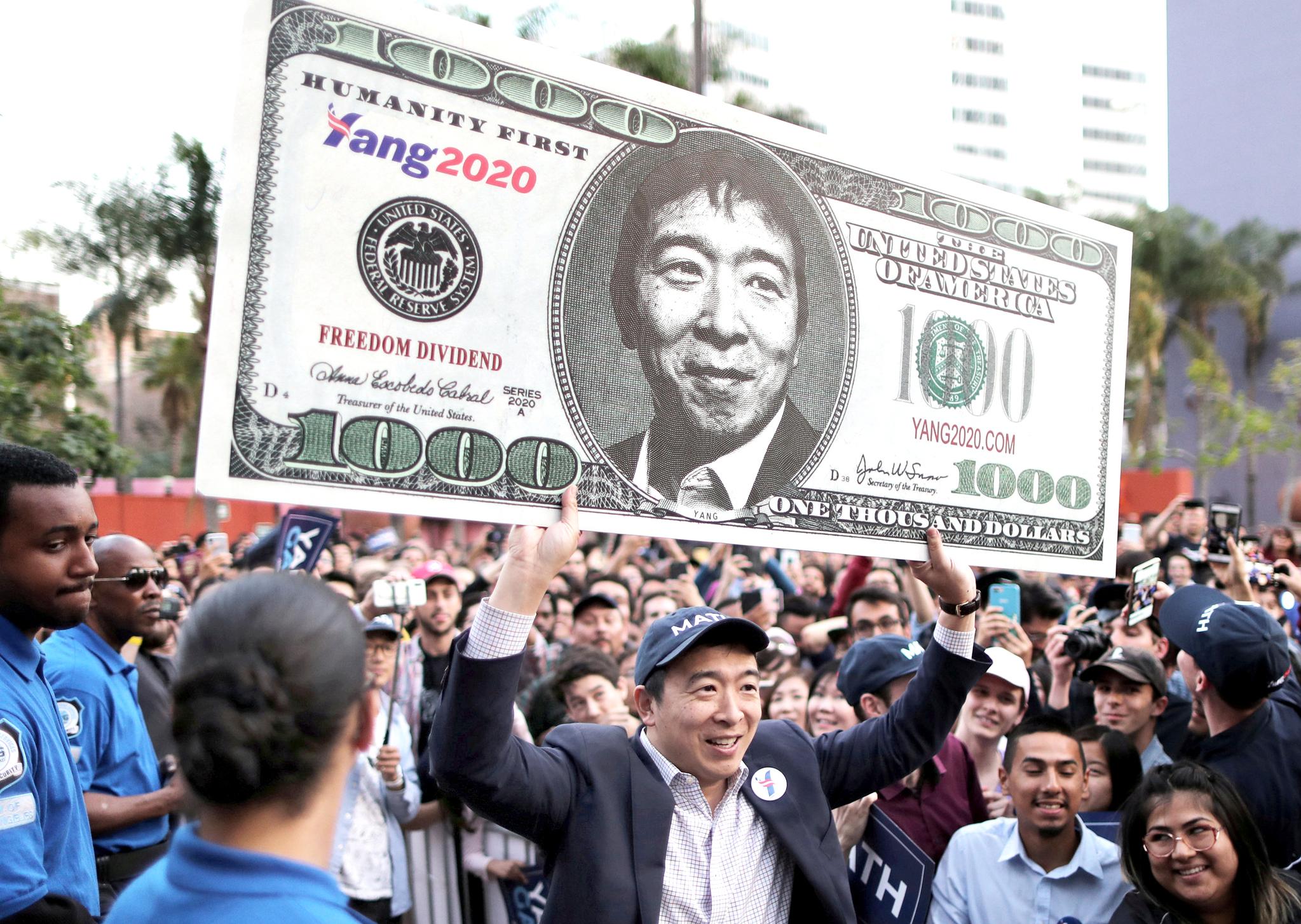 22일 LA에서 열린 선거유세장에서 앤드류 양이 자신의 얼굴이 든 선거 선전물을 들고 있다. 양 후보의 대선 주요공약은 성인에게 매달 천달러를 지급하는 것이다.[로이터=연합뉴스]