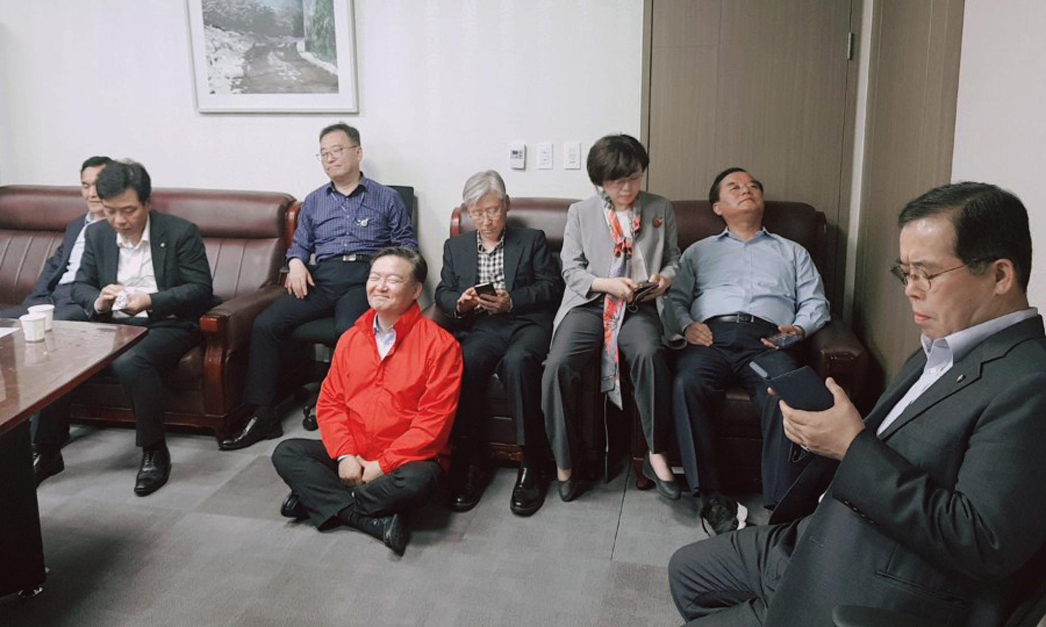 자유한국당 의원들이 25일 오전 바른미래당 지도부가 사법개혁특별위원회 위원을 오신환 의원에서 채이배 의원으로 교체하는 사보임계를 팩스로 제출하자 의원회관 채이배 의원실을 찾아가 회의 참석을 저지하고 있다.[연합뉴스]