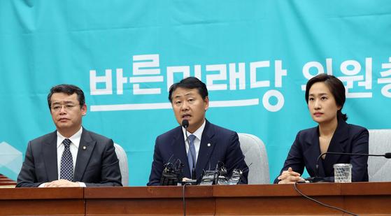 김관영 바른미래당 원내대표(가운데)가 23일 오후 서울 여의도 국회에서 열린 의원총회가 끝난 뒤 브리핑하고 있다. 김경록 기자