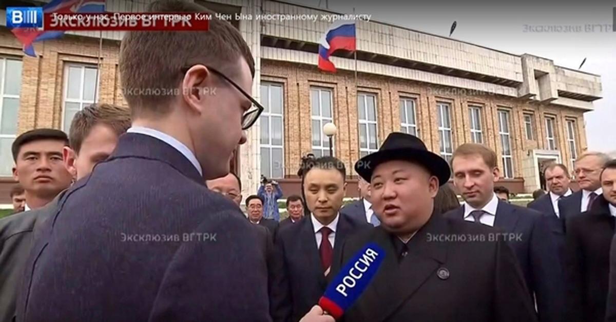 24일 러시아 하산역에서 러시아 언론 '로시야'와 스탠딩 인터뷰한 김정은 북한 국무위원장. [뉴시스]