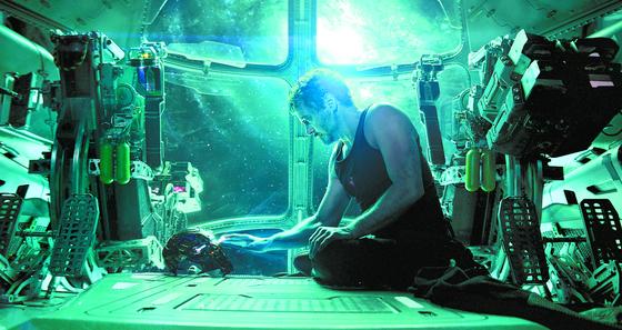 '어벤져스: 엔드게임'에서 히어로들의 '맏형' 아이언맨(로버트 다우니 주니어)의 모습. 11년 전 마블 시리즈를 열어젖힌 그는 이번 영화를 끝으로 하차한다. [사진 월트디즈니컴퍼니 코리아]