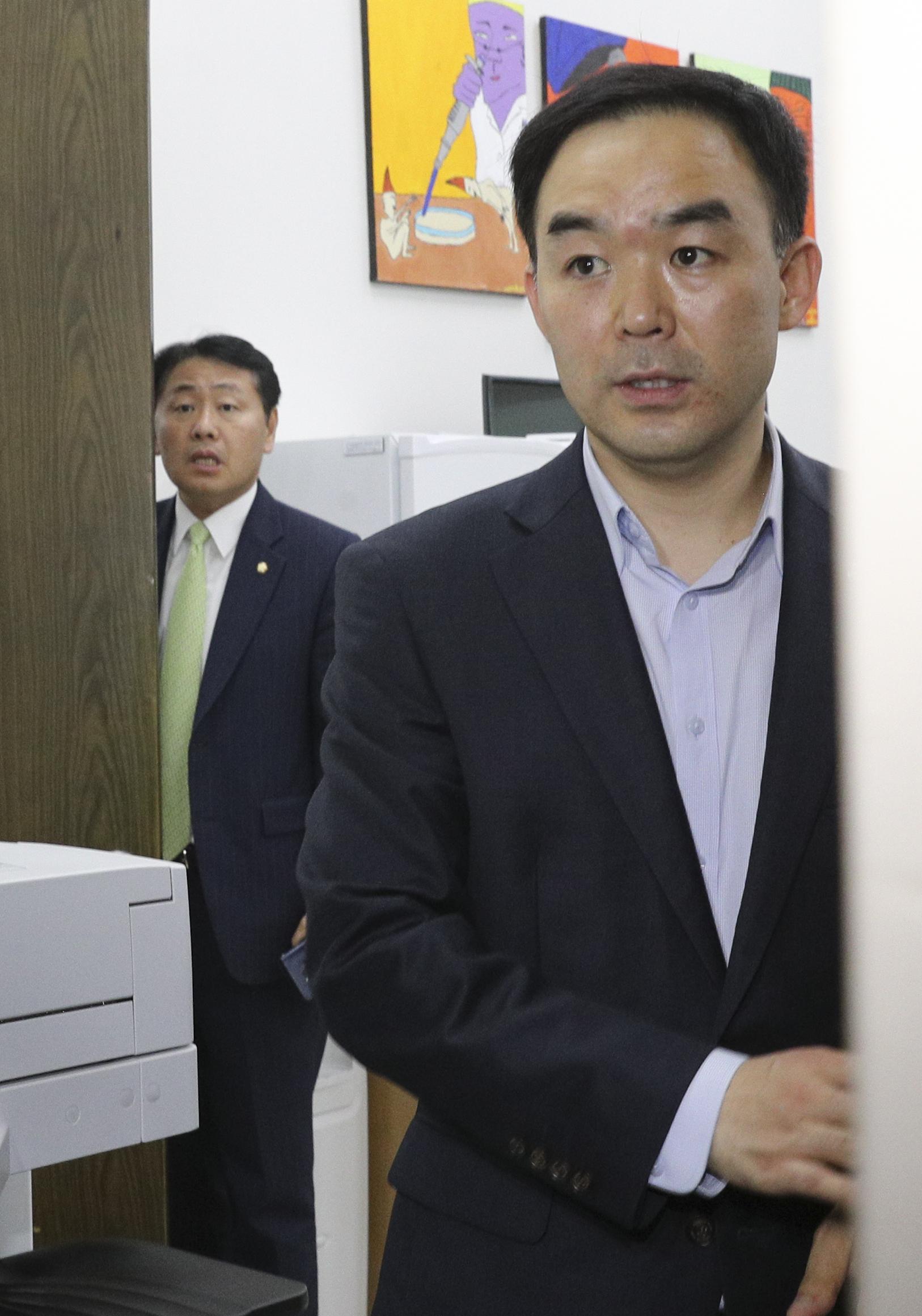 바른미래당 채이배 의원(오른쪽)이 25일 오후 국회 본청 운영위윈장실로 들어갔다 기자들에게 소감을 말하기 위해 다시 나오고 있다. 왼쪽은 김관영 원내대표. 임현동 기자